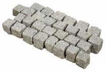 Dalles et pavés de pierre.